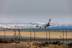 ARECIFE,西班牙- 2017年4月, 16 :波音神鹰757-300与t的 图库摄影