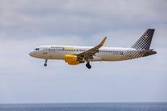 ARECIFE, ESPAÑA - ABRIL, 15 2017: Airbus A320 de vueling COM con Imagen de archivo