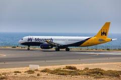 ARECIFE, ESPANHA - ABRIL, 16 2017: Airbus A321 de Monarch Airlines imagens de stock