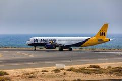 ARECIFE, ESPANHA - ABRIL, 16 2017: Airbus A321 de Monarch Airlines imagens de stock royalty free