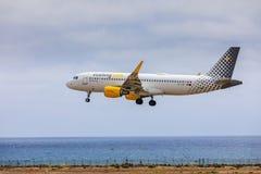 ARECIFE, ESPANHA - ABRIL, 15 2017: Airbus A320 de vueling COM com Imagens de Stock