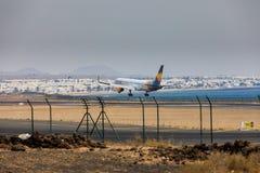 ARECIFE, SPAGNA - APRILE, 16 DEL 2017: Boeing 757-300 del condor con la t Fotografie Stock