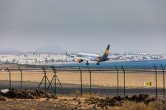 ARECIFE, SPAGNA - APRILE, 16 DEL 2017: Boeing 757-300 del condor con la t Immagini Stock Libere da Diritti