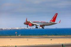 ARECIFE SPANIEN - APRIL, 15 2017: Boeing 757 - 200 av JET2 med t Royaltyfri Fotografi