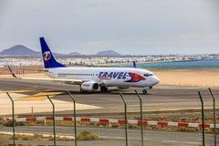 ARECIFE SPANIEN - APRIL, 15 2017: Boeing 737-800 av LOPPET Servic Fotografering för Bildbyråer