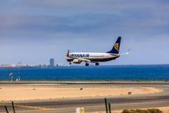 ARECIFE SPANIEN - APRIL, 15 2017: Boeing 737-800 av RYANAIR med Royaltyfri Fotografi