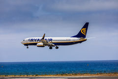 ARECIFE SPANIEN - APRIL, 15 2017: Boeing 737-800 av RYANAIR med Arkivfoton
