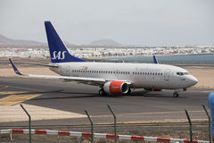 ARECIFE SPANIEN - APRIL, 15 2017: Boeing 737-700 av SAS som är klar till Arkivbilder