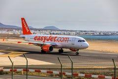 ARECIFE SPANIEN - APRIL, 15 2017: Flygbuss A320 av easyjet läst com Arkivbilder