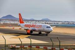ARECIFE SPANIEN - APRIL, 15 2017: Flygbuss A320 av easyjet läst com Fotografering för Bildbyråer
