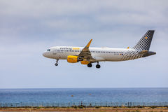 ARECIFE SPANIEN - APRIL, 15 2017: Flygbuss A320 av vueling com med Arkivbilder