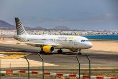 ARECIFE SPANIEN - APRIL, 15 2017: Flygbuss A320 av vueling com med Royaltyfri Fotografi