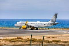 ARECIFE SPANIEN - APRIL, 15 2017: Flygbuss A320 av vueling com med Arkivfoton