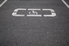 Aree di parcheggio di handicap riservate ai disabili fotografia stock