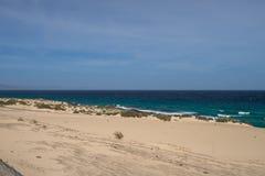 Areia amarela e pedras pretas no litoral vulcânico imagem de stock royalty free