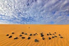 Areia amarela Paisagem seca do verão em África Pedra preta do seixo Fotos de Stock