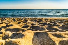 Areia amarela pura e a pista de mar Imagens de Stock