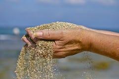 A areia através de seus dedos?. Foto de Stock