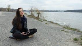 Areia bonita de sorriso da jovem mulher usando uma tabuleta filme