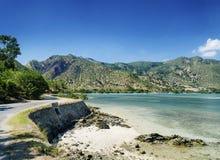 Areia branca海滩和海岸线在帝力附近在东帝汶 免版税库存照片
