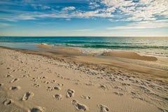 Areia branca, água azul Fotografia de Stock
