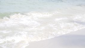 Areia branca bonita e limpa na praia de Hua-Hin, Tailândia - onda do close up vídeos de arquivo