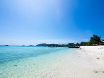 Areia branca da paisagem e mar azul Fotos de Stock