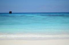 Areia branca e água desobstruída Fotos de Stock Royalty Free