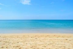 A areia branca e o mar claro da água com o céu azul em Naiyang encalham Imagens de Stock Royalty Free