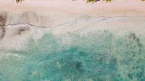 Areia branca e oceano azul Água calma imagem de stock