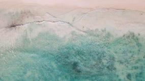 Areia branca e oceano azul Água calma fotos de stock