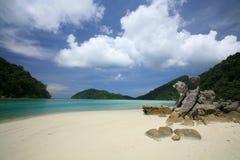 Areia branca e rochas naturais na costa exótica imagens de stock