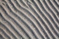 Areia cinzenta de prata no fim da opinião superior da praia do mar acima, teste padrão seco com nervuras da superfície da areia,  imagens de stock royalty free