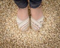 Areia da cor das alpergatas fotografia de stock