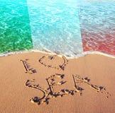Areia da praia, mar e bandeira Itália Eu amo o conceito de Itália fotografia de stock