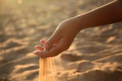 Areia da terra arrendada da mão Imagem de Stock