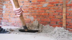 Areia de escavação da pá Mãos que guardam a areia da escavação da pá perto da parede de tijolo vermelho Conceito da constru??o video estoque
