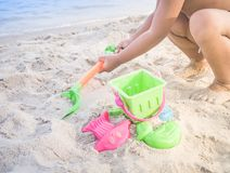 Areia de escavação do menino asiático com brinquedo colorido Fotos de Stock