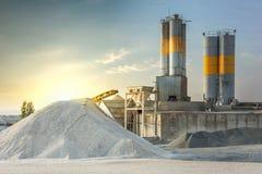Areia destinada à fabricação de cimento em uma pedreira fotos de stock