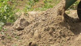 A areia do carro despejado na terra Prepara??o para a constru??o vídeos de arquivo