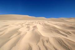 Areia e céu azul do espaço livre Imagem de Stock Royalty Free