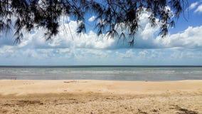 Areia e céu azul na praia na ilha de Belitung imagens de stock royalty free