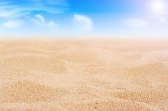 Areia e céu com nuvens e sol Fotos de Stock Royalty Free