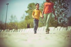 A areia e a caminhada são tudo que é necessário para ela fotografia de stock