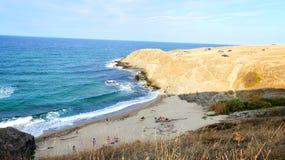 Areia e costa rochosa imagens de stock royalty free