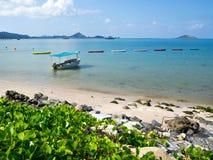 Areia e mar brancos Fotografia de Stock Royalty Free