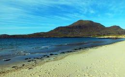 Areia e montanhas azuis imagens de stock