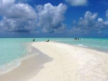 Areia e nuvens de Maldives foto de stock