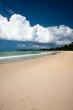 Areia e nuvens na praia do paraíso fotografia de stock