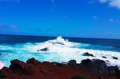 Areia e praia vermelhas do oceano da rocha Imagens de Stock Royalty Free